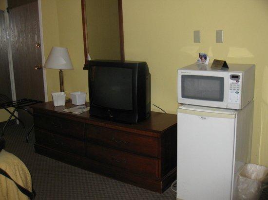 Econo Lodge: TV and MicroFridge