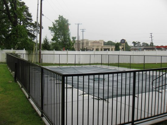 Econo Lodge: Pool, currently covered up