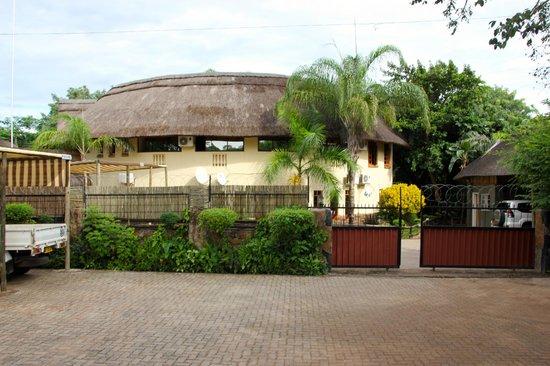 Water Lily Lodge: Außenansicht und Parkplatz