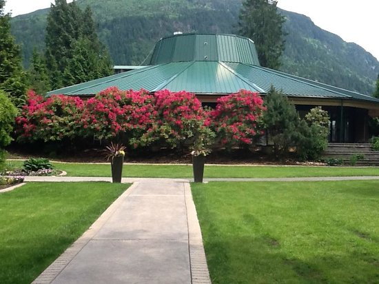 Harrison Hot Springs Resort & Spa : Garden view - out back, looking towards indoor pools & spa building.