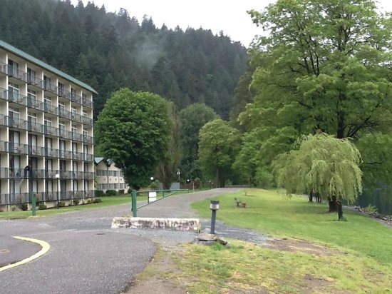 Harrison Hot Springs Resort & Spa : Out front, West Tower and West Wing lake view rooms.