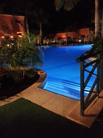 Green Garden Resort & Suites: Pool by night