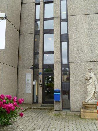 Parc Belle-Vue: L'entrée de l'hôtel Belle-vue commune avec des bureaux de sociétés
