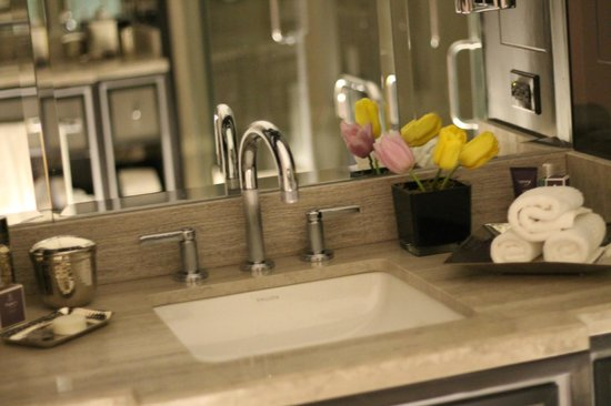 The Ritz-Carlton, Toronto : bathroom glam
