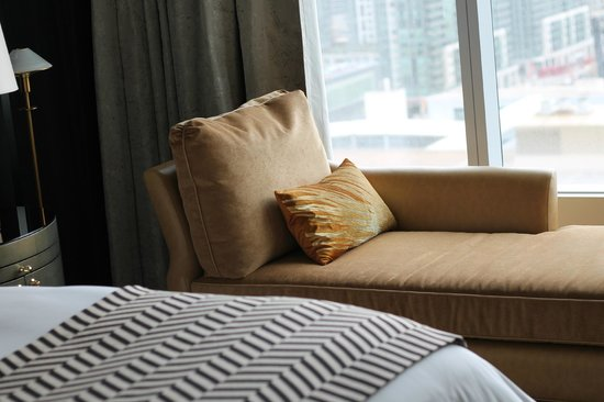 The Ritz-Carlton, Toronto: Prefect lounge chase with a view of the lake