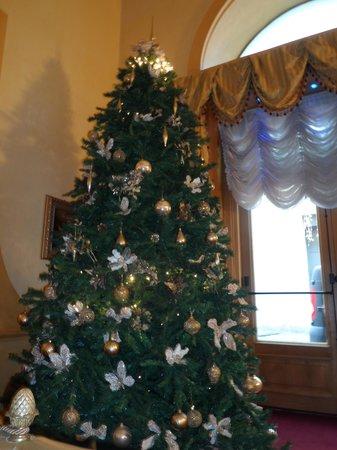Hotel Mondial: Arbol de Navidad en la entrada