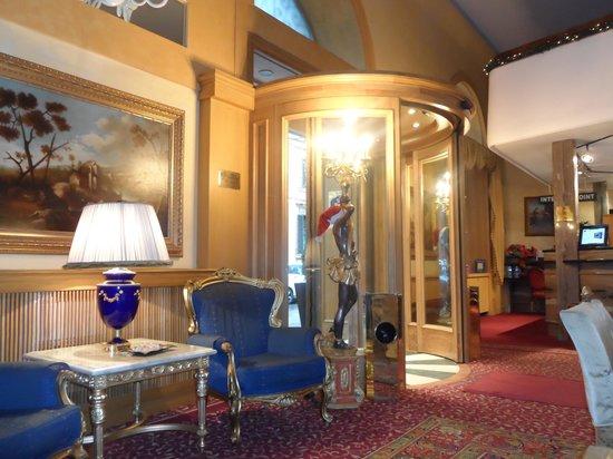 Hotel Mondial: Recepcion