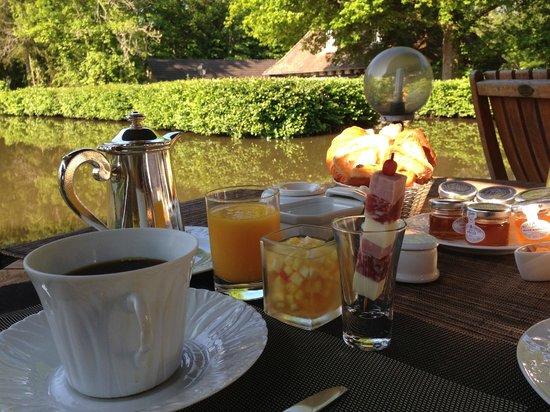 Au Moulin de la Gorce : Petit déjeuner près de l'étang