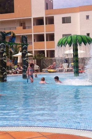 Balansat Torremar Apartamentos : Fun in the splash pool!