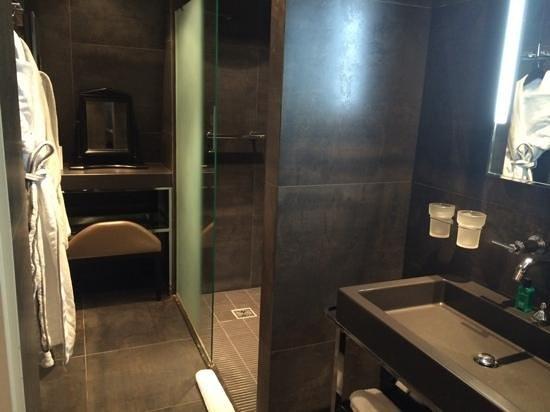 Sofitel Legend The Grand Amsterdam : salle de bains un peu petite