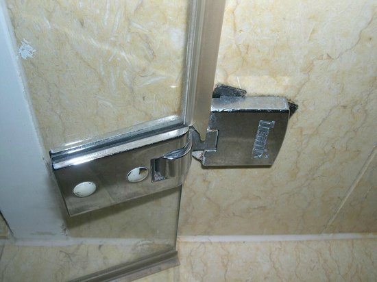 Hotel Okura Amsterdam : beschädigte Duschtürhalterung