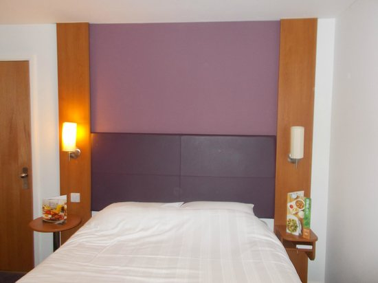 Premier Inn Uttoxeter Hotel : Small touches like having lamps beside the bed set it apart from competitors