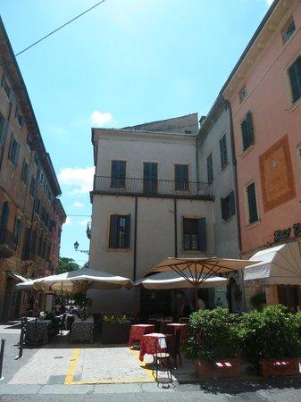 Hotel Torcolo: Cette rue est à 20m. de la place des arènes