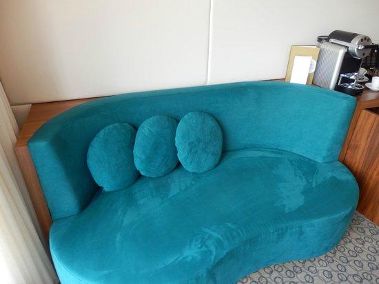 EPIC SANA Lisboa Hotel : Great mini sofa in the room