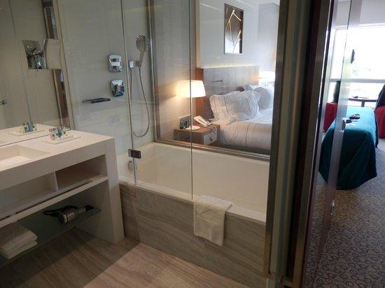 EPIC SANA Lisboa Hotel : Bathroom (blinds up!)
