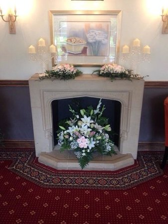 Frensham Pond Hotel: Fireplace