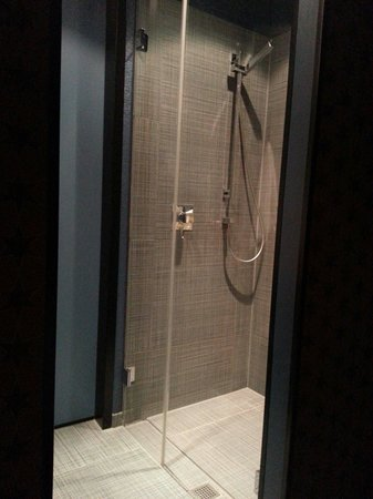 25hours Hotel by Levi's: Very nice shower!