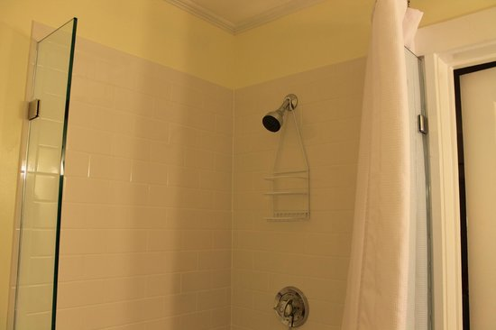 Inn On The Beach: clean shower area