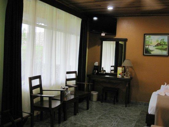 Volcano Lodge & Springs: Nice, comfy room