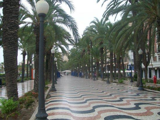 Explanada de España : После дождика ещё не многолюдно