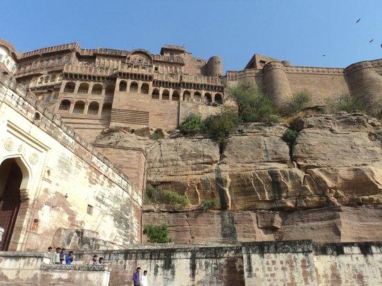 Forteresse de Meherangarh : Looking up at the fort