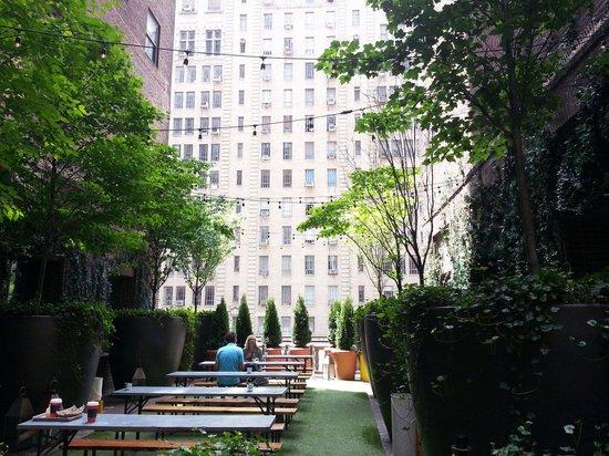 Hudson Hotel New York: Tavolini esterni