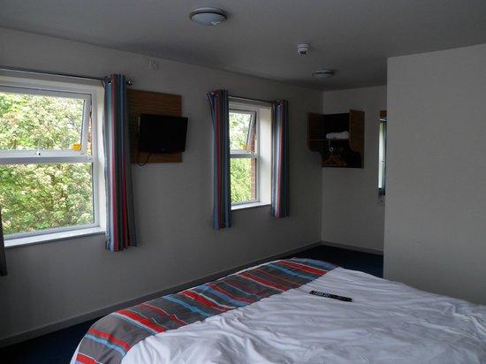 Travelodge Colwyn Bay: Wardrobe / Hanging Space