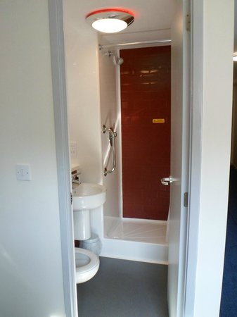 Travelodge Colwyn Bay: SMALL Shower / Bethroom