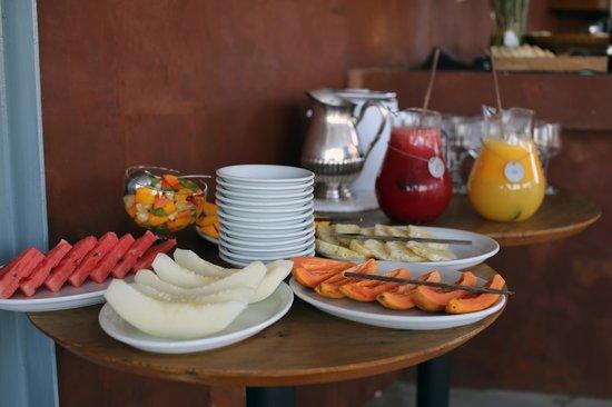 Abracadabra Pousada : на завтрак всегда фрукты и свежевыжатый сок