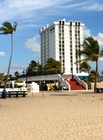 Bahia Mar Fort Lauderdale Beach - a Doubletree by Hilton Hotel : Private walkway to beach from hotel