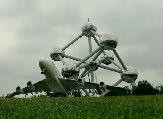 Mini-Europe: airplane with the atomium in the background