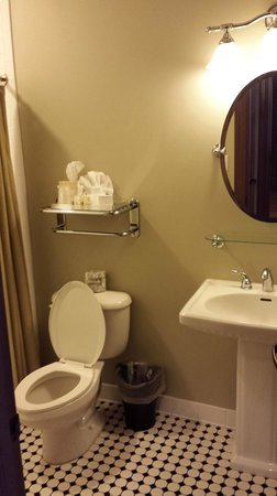 Water Street Hotel & Marina: Small bathroom