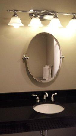 Water Street Hotel & Marina: Main bathroom