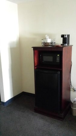 Holiday Inn Resort Pensacola Beach : Coffee machine, microwave and nice big fridge