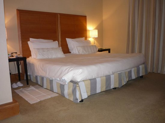 Capo d'Africa Hotel : Bed and nightstands