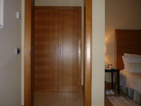 Capo d'Africa Hotel: Picture of closet doors