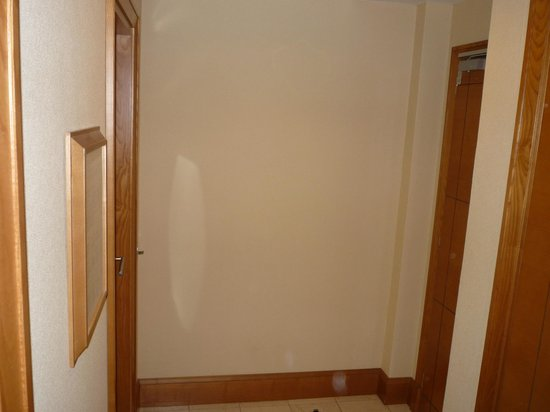 Capo d'Africa Hotel : Left is bathroom door. Right is entrance and edge of closet
