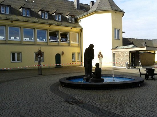 Jakobsberg Hotel- & Golfresort: The hotel courtyard and restaurant