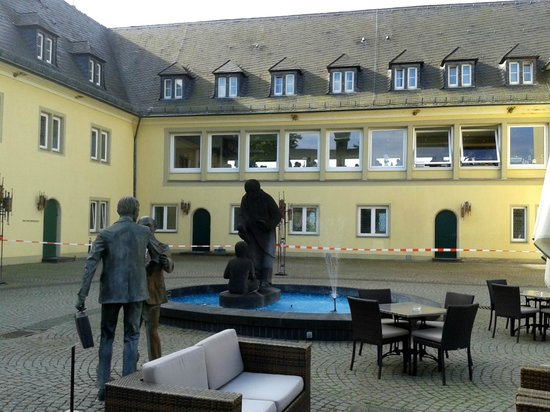 Jakobsberg Hotel- & Golfresort: The restaurant seen from the courtyard