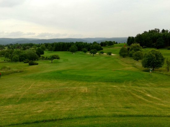 Jakobsberg Hotel- & Golfresort: A typical wide fairway and steep downhill slope on the golf course