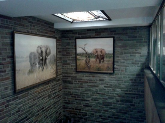 Jakobsberg Hotel- & Golfresort: An example of African decor in the corridors