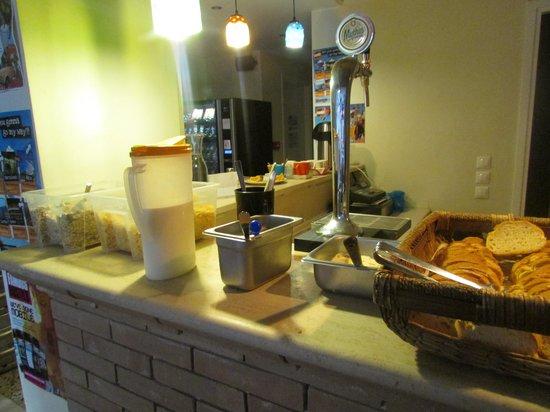 AthenStyle Hostel: Nice breakfast spread