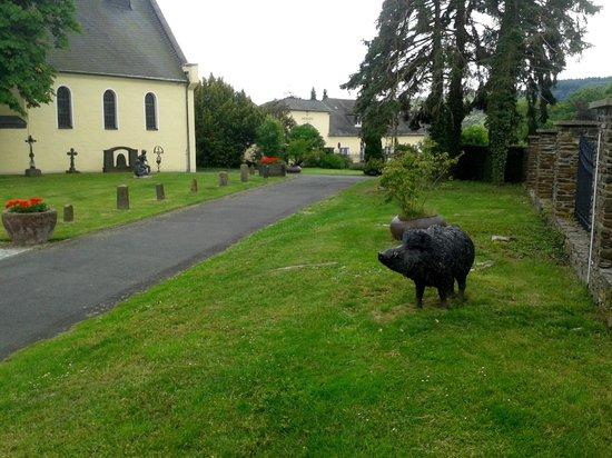 Jakobsberg Hotel- & Golfresort: The wild boar sculpture in the grounds