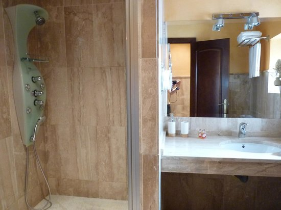 Puerta Catedral Suites: Bathroom