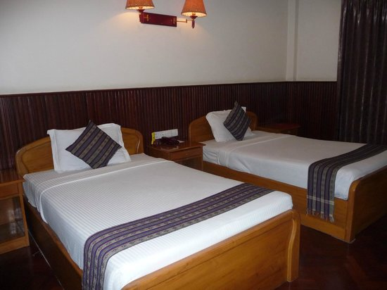 Ayarwaddy River View Hotel : Our room #406-comfortable beds