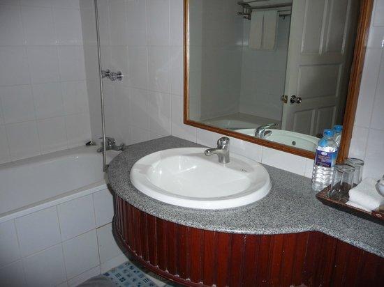 Ayarwaddy River View Hotel : Our bathroom