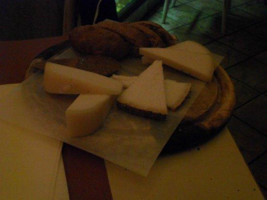 Osteria Boccon del Prete: pecorino fresco e stagionato con marmellata di fichi e rafano e pane alle noci