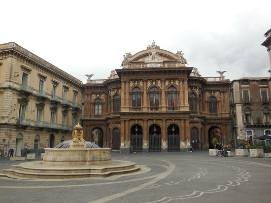 B&B Opera: Piazza Duomo, where you can find Comis, a great cafe!