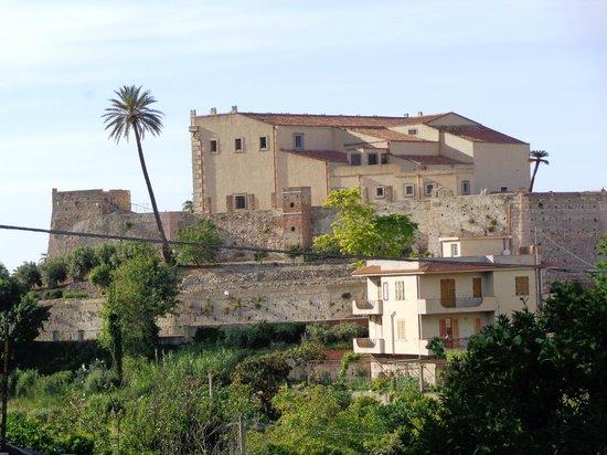 Villafranca Tirrena, Italia: Il Castello di Bauso visto dalla Collina retrostante.