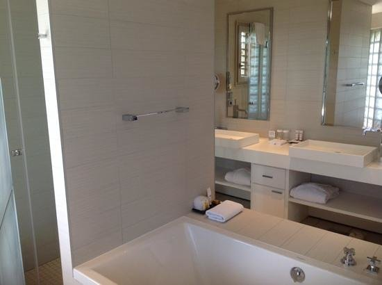 Jiva Hill Resort : salle de bains lumineuse et baignoire